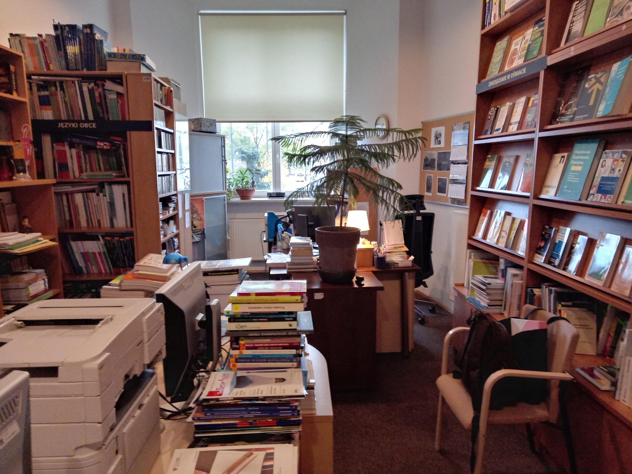 Wnętrze Medioteki Edukacyjnej Ośrodka Rozwoju Edukacji. Polewej stronie znajduje się księgozbiór podręczny - słowniki, encyklopedie, materiały polonijne iinne kompendia wiedzy.  Zaraz zanim dział  metodyki języków obcych imateriały multimedialne. Poprawej natomiast wyeksponowano zbiory zzakresu psychologii, pedagogiki, dydaktyki, zarządzania, bibliotekoznawstwa iinnych dziedzin wiedzy. Pośrodku przygotowano dwa stanowiska komputerowe służące samodzielnej pracy czytelników. Obok, naniskich regałach, leżą roczniki czasopism edukacyjnych
