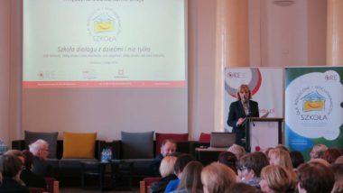 Powitanie uczestników przez dyrektor ORE Jadwigę Mariolę Szczypiń. Widok ekranu powitalnego i mównicy