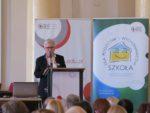 Joanna Wilewska - dyrektor DWKI MEN czyta list Minister Edukacji Narodowej do uczestników konferencji