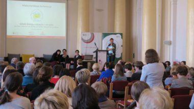 Widok sali plenarnej, na dalszym planie uczestniczki panelu dyskusyjnego