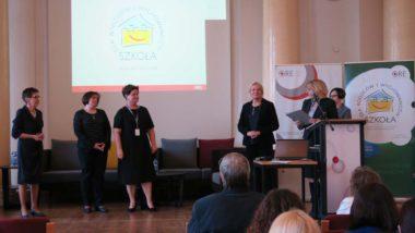 Dyrekor ORE J. Szczypiń i wicedyrektor M. Habib gratulują realizatorkom programu - od lewej: J. Sakowska, L. Narkiewicz-Skórko, M. Talar