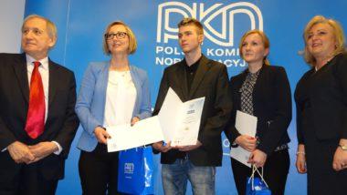 Prezes Polskiego Komitetu NormalizacyjnegoTomasz Schweitzer wręcza nagrodę Dorocie Niedźwiedź