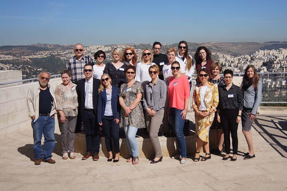 Grupa edukatorów na tarasie Instytutu Yad Vashem