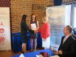 Wręczenie certyfikatu Polskiej Nagrody Inteligentnego Rozwoju 2018 w kategorii Innowacje w edukacji – nagrodę odbiera wicedyrektor ORE Bożena Mayer-Gawron