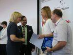 Dyrektor ORE wręcza wyróżnienie Magdalenie Popielewskiej