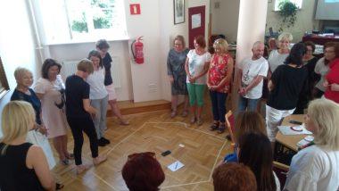 Uczestnicy spotkania podczas ćwiczenia integrującego grupę.