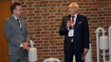 Polska premiera rekonstrukcji wynalazku Prezydenta Mościckiego z1932 roku Damian Baran, dyrektor Międzynarodowego Forum Inteligentnego Rozwoju iJan Ossa, właściciel Zakładu Budowy Maszyn OSSA