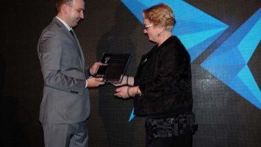 Wicedyrektor ORE Bożena Mayer-Gawron odbiera Polską Nagrodę Inteligentnego Rozwoju 2018 zrąk Damiana Barana, dyrektora Międzynarodowego Forum Inteligentnego Rozwoju