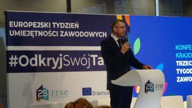"""rozpoczęcie konferencji inaugurującej Europejski Tydzień Umiejętności Zawodowych w Polsce – European Vocational Skills Week pod hasłem """"Odkryj swój talent"""" , prowadzący konferencję Grzegorz Miśtal"""