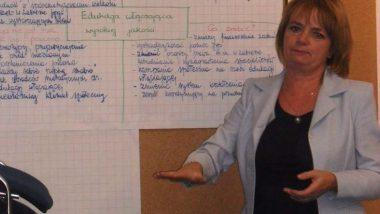 Jedna z przedstawicielek samorządów prezentuje zapisane na plakacie efekty pracy grupowej dotyczące edukacji włączającej