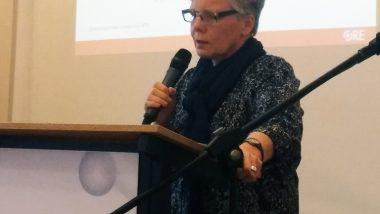 Małgorzata Kummant reprezentująca Wydział Specjalnych Potrzeb Edukacyjnych ORE prezentuje dane dotyczące edukacji włączającej