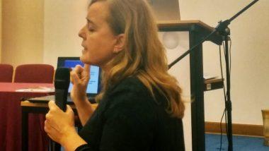 Urszula Grodzka z Centrum Dialogu Motywującego i Psychoterapii podczas prezentacji na temat dialogu motywującego