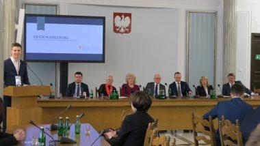 Przewodniczący Rady Dzieci i Młodzieży przy MEN Piotr Wasilewski oraz goście honorowi konferencji
