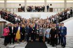 Wspólne zdjęcie gości i uczestników konferencji na sejmowych schodach