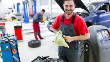 Zdjęcie przedstawia mechanika samochodowego pracującego w centrum serwisowym samochodów