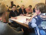 Prowadząca - Maria Szostak podsumowuje pracę swojej grupy podczas pierwszego dnia spotkania