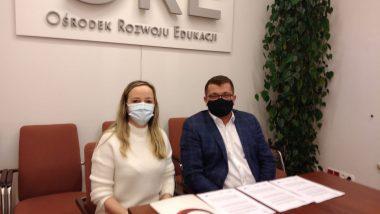 Dyrektor Tomasz Madej i Ewa Parzyszek podczas podpisywania umowy o powierzenie grantu.