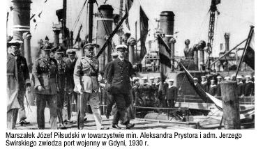Marszałek Józef Piłsudski w towarzystwie min. Aleksandra Prystora i adm. Jerzego Świrskiego zwiedza port wojenny w Gdyni, 1930 r.