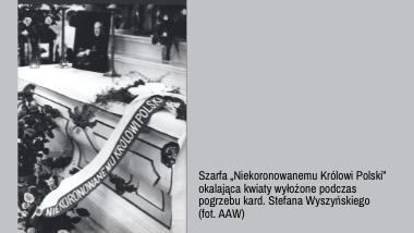 """: Szarfa """"Niekoronowanemu Królowi Polski"""" okalająca kwiaty wyłożone podczas pogrzebu kard. Stefana Wyszyńskiego (fot. AAW)."""